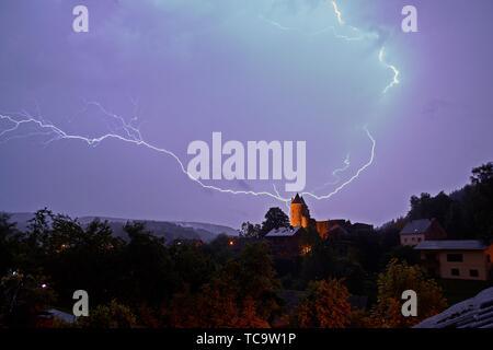 Plus d'orage nocturne Château Bertrada en Allemagne Banque D'Images