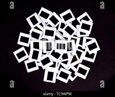 Vieilles diapositives isolé sur un fond noir. Banque D'Images