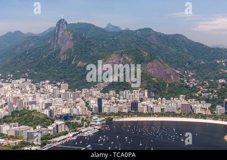 Rio de Janeiro, Brésil - le 21 décembre 2012: Vue aérienne de Rio de Janeiro à partir de la montagne Sugarloaf. Statue du Christ Rédempteur dans le Banque D'Images