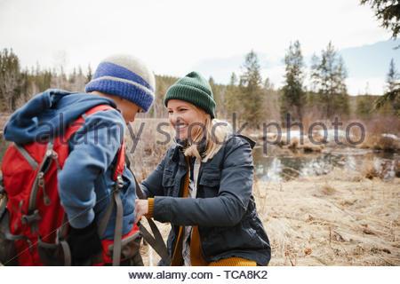 Heureuse mère et fils randonnées dans les bois Banque D'Images