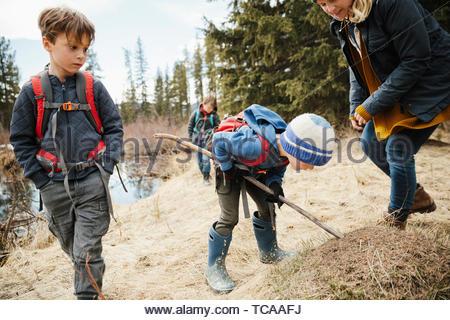 Mère et fils curieux randonnées dans les bois Banque D'Images