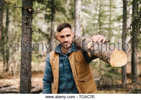 Man tronc de l'arbre pour le bois de chauffage au bois Banque D'Images