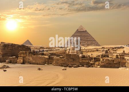 La pyramide de Gizeh complexe, vue sur le Grand Sphinx, l'Égypte. Banque D'Images