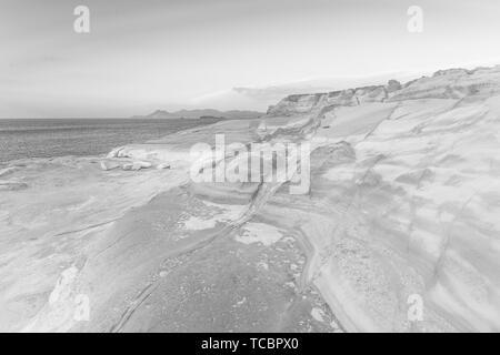 Formations de roche volcanique sur plage de Sarakiniko sur l'île de Milos, Grèce.. Banque D'Images