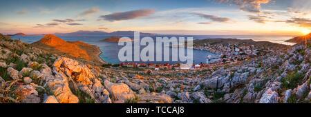 Village sur l'île de Halki dans l'archipel du Dodécanèse, Grèce.. Banque D'Images