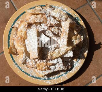 Chiacchiere, une pâtisserie de carnaval napolitain frites traditionnelles. Banque D'Images