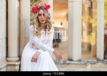 Portrait de belle fille blonde en robe médiévale rouge avec diadem. Scène de conte de fées. Banque D'Images