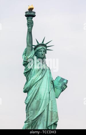 La Statue de la liberté est une colossale sculpture néoclassique sur Liberty Island à New York. Banque D'Images
