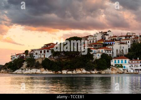 Vue du soir de la ville de Skiathos, Sporades en Grèce.. Banque D'Images