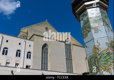 Cloître de l'Eglise et monastère de Saint Chiara, Naples, Italie. Banque D'Images