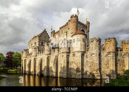 Remparts et tours de Gravensteen médiéval avec douves en premier plan, Gand, Flandre orientale, Belgique