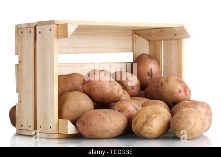 Les pommes de terre crues dans une boîte en bois isolé sur blanc Banque D'Images