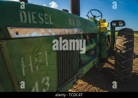 Ancienne ferme robuste le tracteur dans le champ.