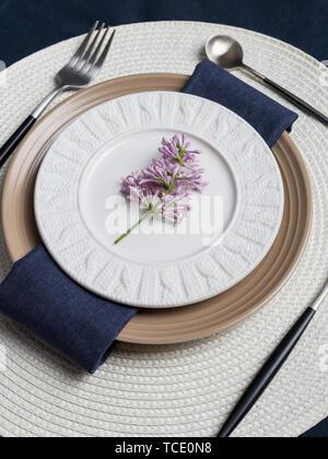 Set de table avec la direction générale de lilas bleu avec fourchette et couteau, serviette et nappe en lin. Concept de maison de plat de service. Haut de la vue, télévision lay Banque D'Images