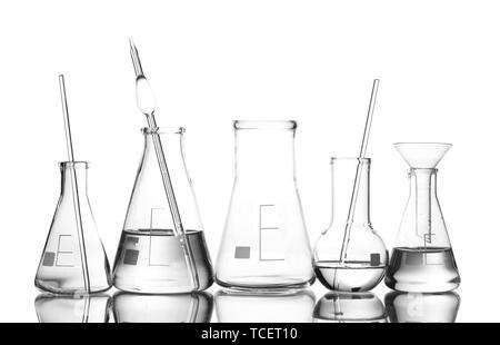 Verrerie de laboratoire différentes avec de l'eau et videz avec réflexion isolated on white Banque D'Images