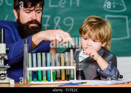 L'exemple personnel et d'inspiration. L'étude est intéressante. L'activité d'enseignement de l'étude par l'expérience. J'aime étudier dans l'école. Enseignant et garçon en laboratoire de chimie. Étudier la chimie et la biologie. Banque D'Images