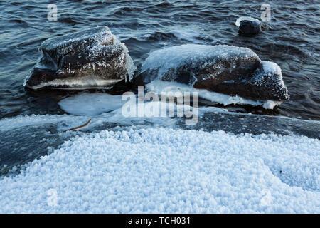 Glace sur les rochers en rive du lac Banque D'Images
