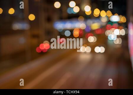 Les Lumières floues sur la rue. Banque D'Images