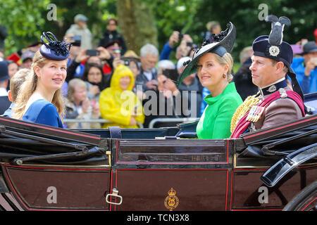 Londres, Royaume-Uni. Le 08 juin, 2019. Le comte et la comtesse de Wessex Sophie avec leur fille Lady Louise Windsor sont vus dans un transport sur leur façon de la Horse Guards Parade au cours de la parade la couleur cérémonie, qui marque le 93e anniversaire de la reine Elizabeth II, plus long règne de la Grande-Bretagne monarque. Credit: SOPA/Alamy Images Limited Live News