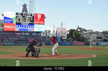 Anaheim, États-Unis. Le 08 juin, 2019. Mariners de Seattle le lanceur partant Yusei Kikuchi offre un emplacement à Los Angeles Angels Shohei Ohtani frappeur désigné dans la première manche au cours de la jeu de la Ligue Majeure de Baseball au Angel Stadium à Anaheim, en Californie, États-Unis, le 8 juin 2019. Credit: AFLO Co.,Ltd/Alamy Live News Banque D'Images