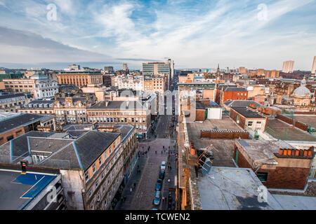 Une large vue plongeante sur une rue, les immeubles et les toits du centre-ville de Glasgow, Ecosse, Royaume-Uni. Banque D'Images