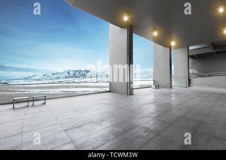 Étage vide avec de belles montagnes de neige dans le ciel bleu Banque D'Images