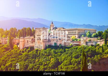 Incroyable Alhambra Palace complexe prise le matin à l'aube de la lumière. Belle pièce d'architecture mauresque, entouré d'arbres verts, est situé à Grenade, Espagne. Banque D'Images