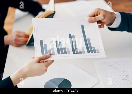 Les gens d'affaires d'affaires et un rapport financier indiquant avec l'augmentation de l'activité graphique. Concept de croissance financière Banque D'Images