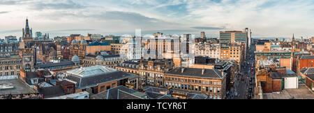 Une vue panoramique donnant sur les anciens et les nouveaux bâtiments et les rues du centre-ville de Glasgow. Ecosse, Royaume-Uni