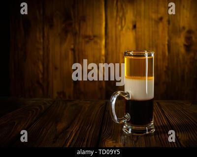 Cocktail sans alcool shot B52 sur la surface en bois vintage background