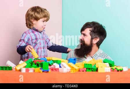 Famille heureuse. Temps libre. petit garçon avec barbu père jouer ensemble. Le développement de l'enfant. immeuble accueil avec constructeur. père et fils jouer jeu. nive être ensemble. ensemble pour toujours. Banque D'Images