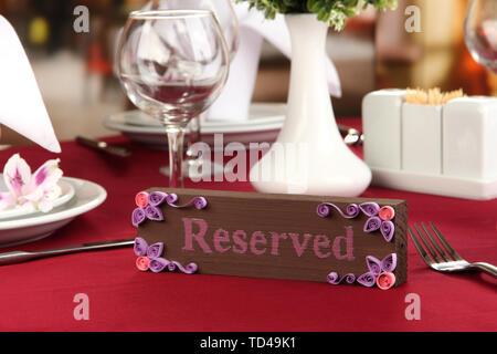 Réservés signe sur table de restaurant avec plats vides et verres Banque D'Images
