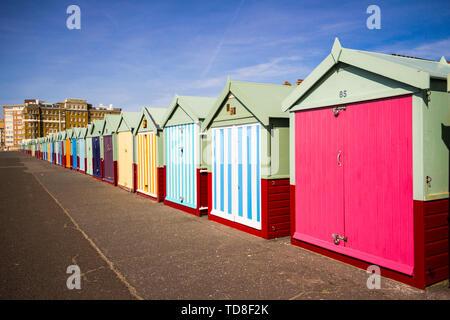 Paysage avec rangée de cabines colorées de Hove, Brighton, Royaume-Uni. Ciel bleu, nuages. Banque D'Images