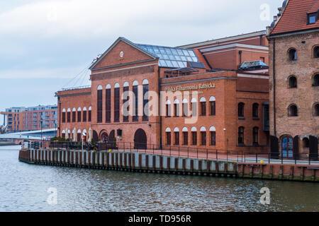 Gdansk, Pologne - février 05, 2019: l'Orchestre Philharmonique Baltique polonaise sur la rivière Motlawa sur l'île de Olowianka à Gdansk, Pologne Banque D'Images
