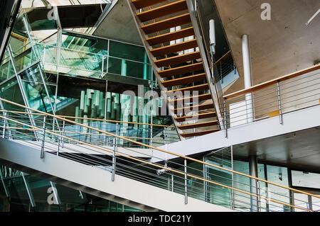 Berlin, Allemagne - 1 juin 2019: escaliers qui coupent à l'intérieur d'un bâtiment de conception architecturale avec des cristaux transparents. Banque D'Images