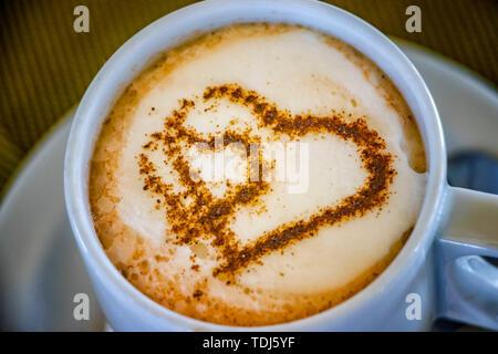 Tasse de café avec deux cœurs. Il s symbole de l'amour dans la mousse. Banque D'Images