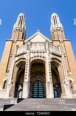 Low angle vue de la façade de la Basilique du Sacré Coeur dans le parc Elisabeth à Koekelberg, Bruxelles-Capitale, Belgique. Banque D'Images
