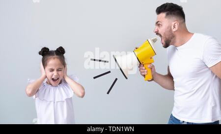 Père furieux de crier sur sa fille avec megaphone Banque D'Images