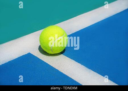 Eté Sport Concept avec balle de tennis sur ligne blanche sur disque de tennis. Banque D'Images