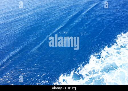 Abstrait d'arrière-plan. Surface en bleu clair. L'eau de mer avec une trace de diagonal white sea foam Banque D'Images