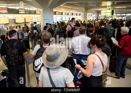 Berlin, Allemagne. 20 Juin, 2019. Foule de passagers en face de comptoirs à l'aéroport de Tegel. Les vacances scolaires ont commencé à Berlin. Credit: Christoph Soeder/dpa/Alamy Live News Banque D'Images