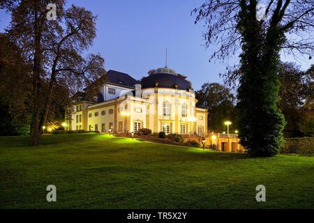 Théâtre illuminé dans le parc thermal à l'heure bleue, l'Allemagne, en Rhénanie du Nord-Westphalie, à l'Est de la Westphalie, Bad Oeynhausen