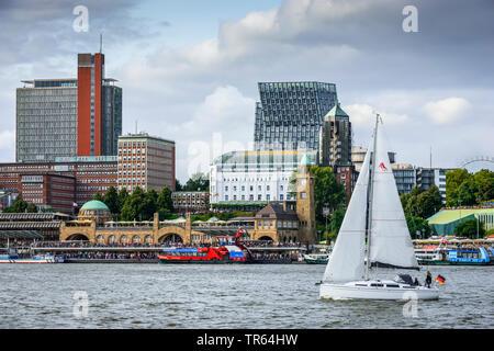 Bateau à voile en face de la St Pauli Piers à port de Hambourg, Allemagne, Hambourg Banque D'Images