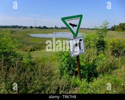 Zone de conservation de l'information signe avec 'chiens doivent être tenus en laisse' à la lutte contre les inondations de la rivière Emscher, réservoir d'Allemagne, en Rhénanie du Nord-Westphalie, région de la Ruhr Banque D'Images