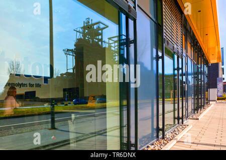 Installation industrielle Phoenix West reflétant dans la façade en verre de préoccupation bitop, Allemagne, Rhénanie du Nord-Westphalie, Ruhr, Dortmund Banque D'Images