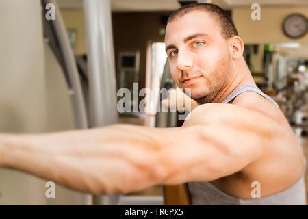 Bodybuilder jeunes dans la salle de sport, Allemagne Banque D'Images