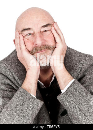 Vieil homme à barbe grise et tête à tête reposant sa tête sur les mains, de l'Allemagne, la Bavière Banque D'Images
