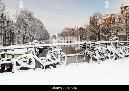 Des vélos sur un pont en hiver, Pays-Bas, nord des Pays-Bas, Amsterdam Banque D'Images