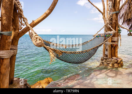 Hamac vide sur la belle plage tropicale près de l'eau de mer bleue, de la Thaïlande, Close up. Concept d'été. Les voyages vacances. Banque D'Images