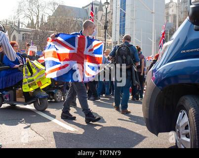 Les militants du Brexit se réunissent sur la place du Parlement, à Londres, pour le mois de mars pour quitter le rallye, le jour où le Royaume-Uni aurait dû quitter l'Union européenne, mais n'a pas réussi à le faire.